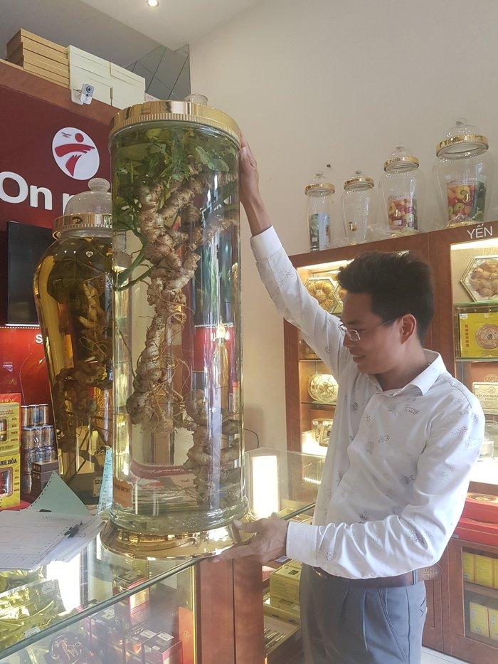 Chai rượu sâm Ngọc Linh 100 năm tuổi của đại gia Hà Thành